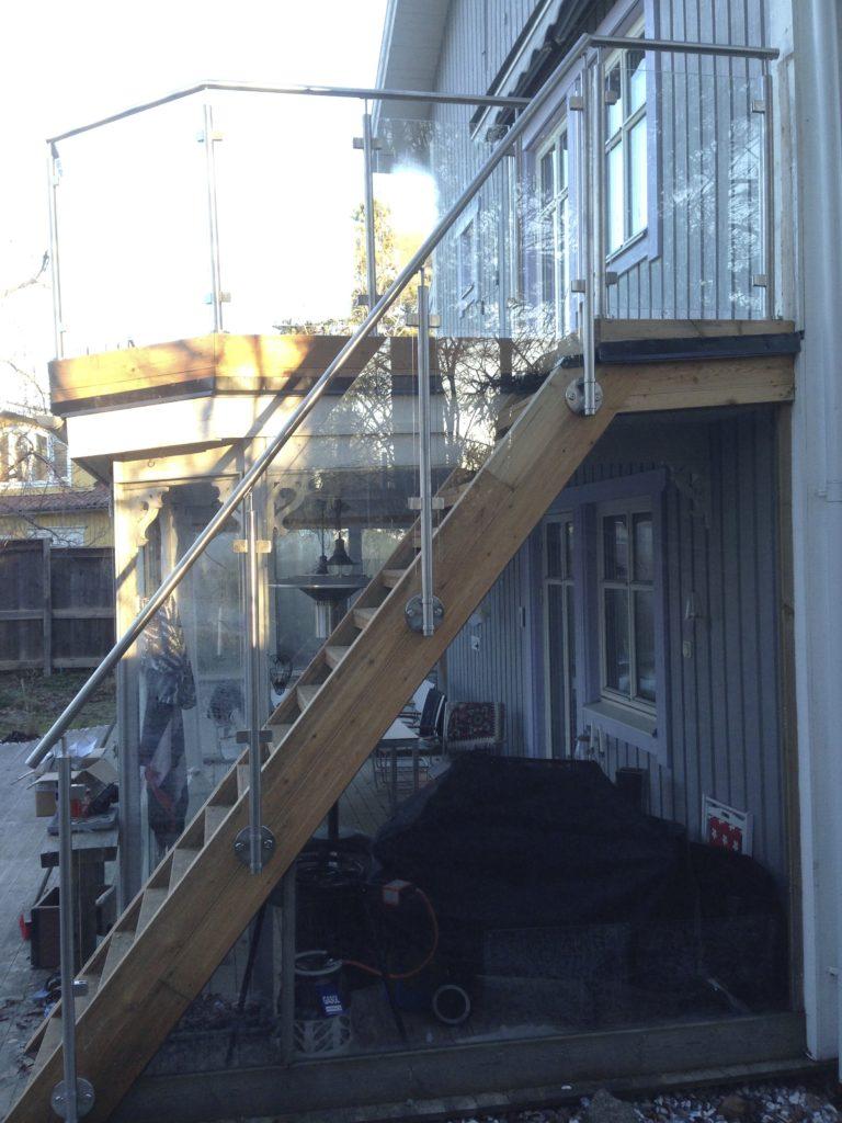 Trappa med glasräcke utomhus – djursholm, stockholm